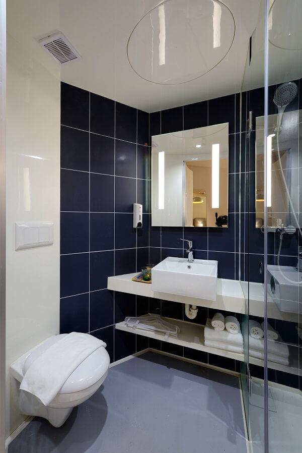 decoración baño pequeño con sanitario suspendido espejo grande y ducha